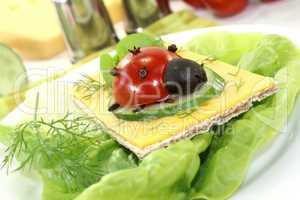 Knäckebrot mit Käse und Marienkäfer