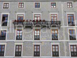 Hausfassade mit Azujelos in Lissabon