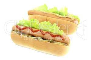 Hot dogs mit Gurke, Senf und Ketchup