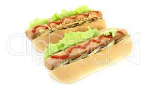 Hot dogs mit Ketchup, Gurke und Röstzwiebeln