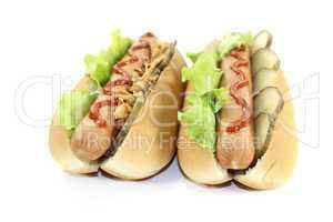 Hot dogs mit Gurke und Röstzwiebeln