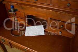 Briefumschlag auf der Tischplatte eines alten Sekretärs