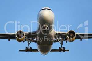 Flugzeug beim Landen auf Flughafen