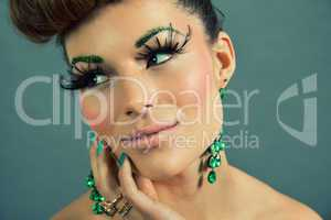 brunette woman with green jewelery and accssesoires