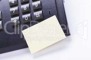 memo post it message on telefone in office