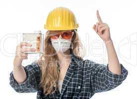 Handwerker mit Schutzbrille und Mundschutz