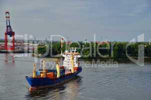 kontainerschiff beim umdrehen in hafen