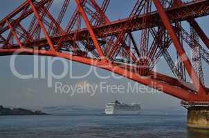 kreuzfahrschiff und rote bruecke