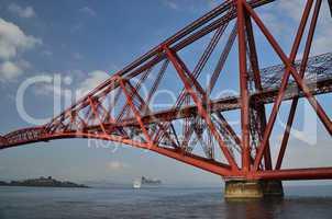 rote bruecke und kreuzfahrtschiff