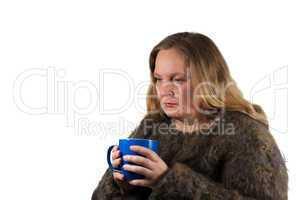 Frau ist erkältet und trinkt Tee