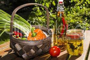 Kräuter und Schafskäse in Öl mit Gemüse, herbs and sheep che