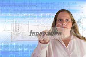 Frau drückt Touchscreen Button Innovation