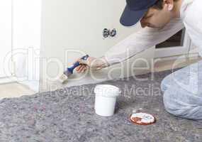 Maler bearbeitet feuchte Waende