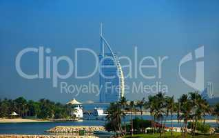Burj al Arab in Dubai mit Strand und Palmen