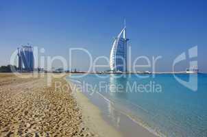Burj al Arab in Dubai mit Strand Meer in Türkis