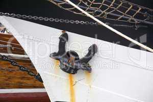 Bug eines Segelschiffs im Hafen von Kiel, Deutschland