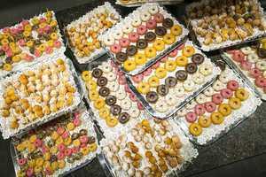 Donuts und Quarkbällchen auf Buffet