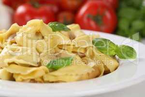 Italienische Nudeln Tortellini mit Tomaten und Basilikum auf Tel