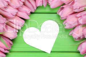 Tulpen Blumen mit Herz als Liebe zum Muttertag oder Valentinstag