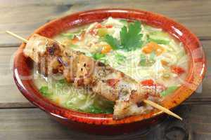 Hühnersuppe mit Hähnchenspieß und Nudeln