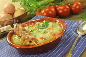 Hühnersuppe mit Hähnchenspieß, Brot und Nudeln