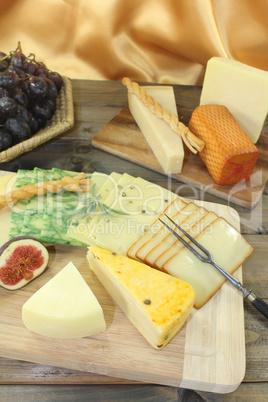 Käsescheiben mit Weintrauben und Feigen