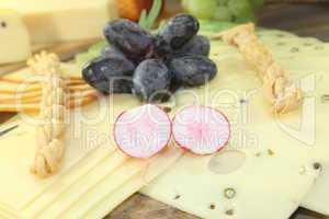 Käsescheiben mit Weintrauben