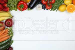 Gemüse und Früchte wie Apfel, Orange, Tomaten mit Textfreiraum