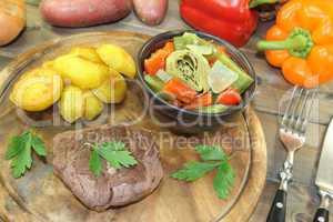 Straußensteaks mit Ofenkartoffeln und Gemüse