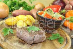 Straußensteaks mit knusprigen Ofenkartoffeln und Gemüse