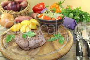 Straußensteaks mit knusprigen Ofenkartoffeln und Petersilie