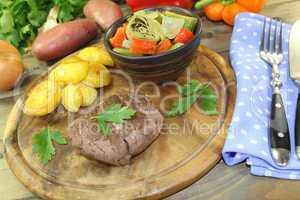 gebratenes Straußensteaks mit Ofenkartoffeln und Petersilie