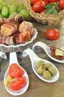 gefüllte Tapas mit Obst und Schinkenspeck