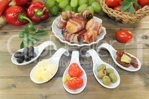 Tapas mit Obst und Schinkenspeck