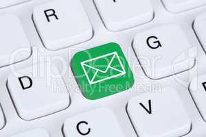 E-Mail senden im Internet auf Computer Tastatur