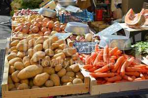 Marktstand mit Kartoffeln