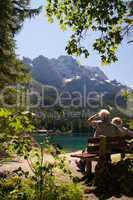 Senioren Rentner Pause Rast auf einer Bank am Eibsee