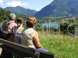 Familie beim wandern am Tegernsee