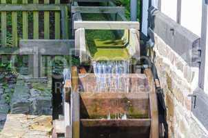 Wassermühlenrad in Betrieb