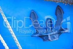 Anker an blauer Schiffswand