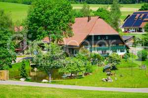 Großer Hof mit Teich im südlichen Schwarzwald
