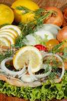 Geräuchertes Makrelenfilet, geräuchert, Salat, Zitronen, Zwiebel