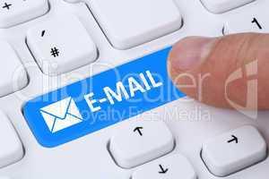 E-Mail Nachricht Message senden Button drücken auf Computer Tas