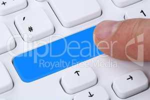 Finger drücken leeren Button am Computer Internet Online