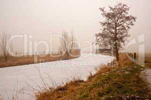 Winterfluss im Nebel