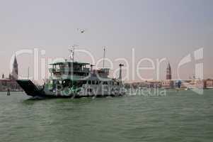 Fähre in der Bucht von Venedig