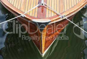 Bug eines Motorboots aus Holz