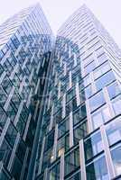 Abstrakte Fassade eines modernen Bürogebäudes