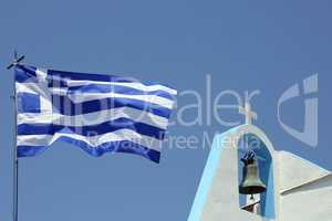 Details einer griechischen Kirche mit griechischer Fahne