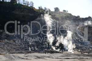 krater und rauch in neapel